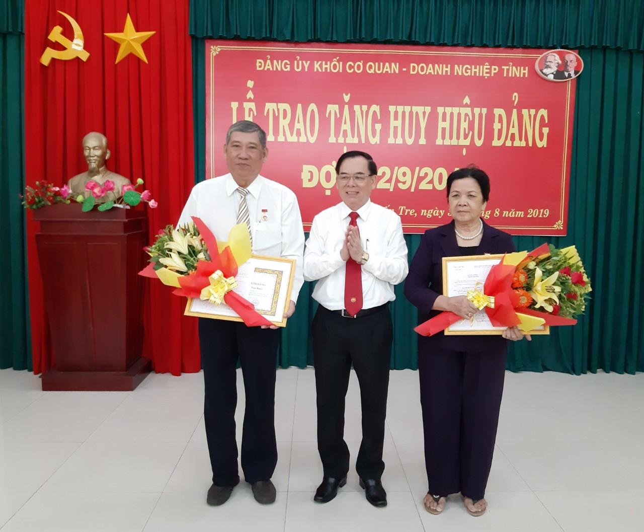 Đảng ủy Khối Cơ quan – Doanh nghiệp tỉnh trao tặng 12 Huy hiệu Đảng đợt 2/9