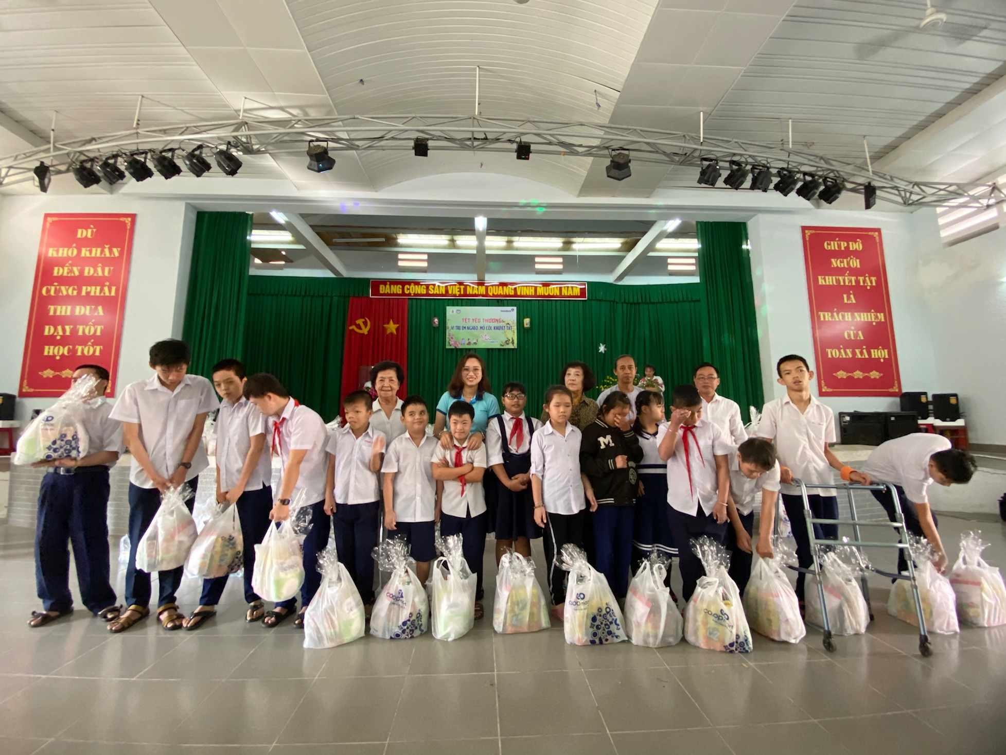 Chi đoàn VietinBank Bến Tre thăm và tặng quà cho trẻ em khuyết tật tại trường Nuôi dạy trẻ em khuyết tật nhân dịp xuân Canh Tý 2020