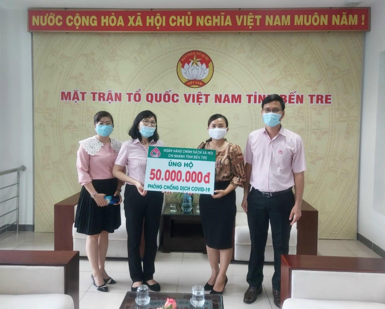 Ngân hàng Chính sách xã hội Chi nhánh tỉnh Bến Tre: Trao tiền ủng hộ phòng, chống dịch Covid-19