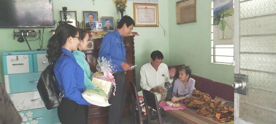 Chi đoàn Hội Khoa học Kỹ thuật Cầu đường Bến Tre phối hợp thăm, tặng quà gia đình chính sách